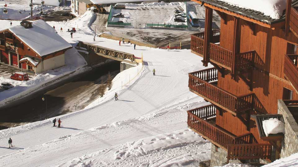 Chalet Abricot, Val Thorens - Exterior, piste to lift.
