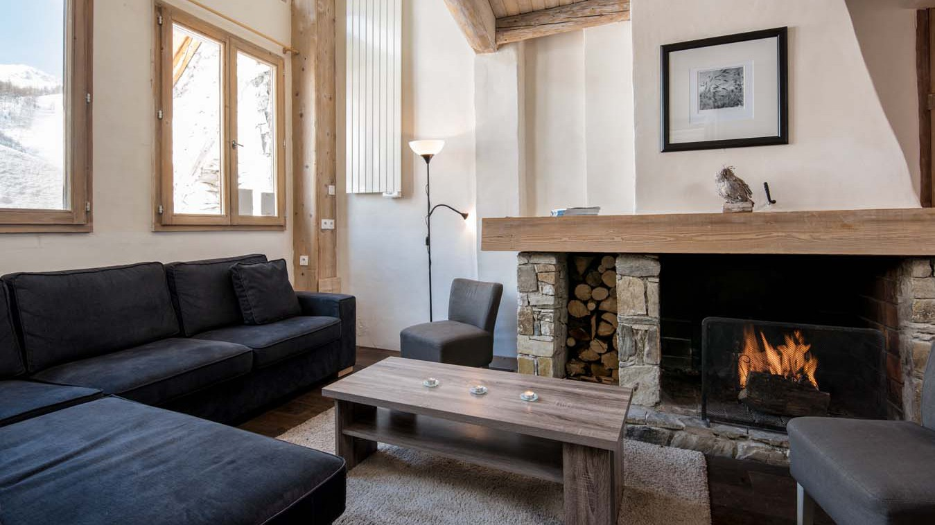 Living area with fire in chalet Bonne Neige