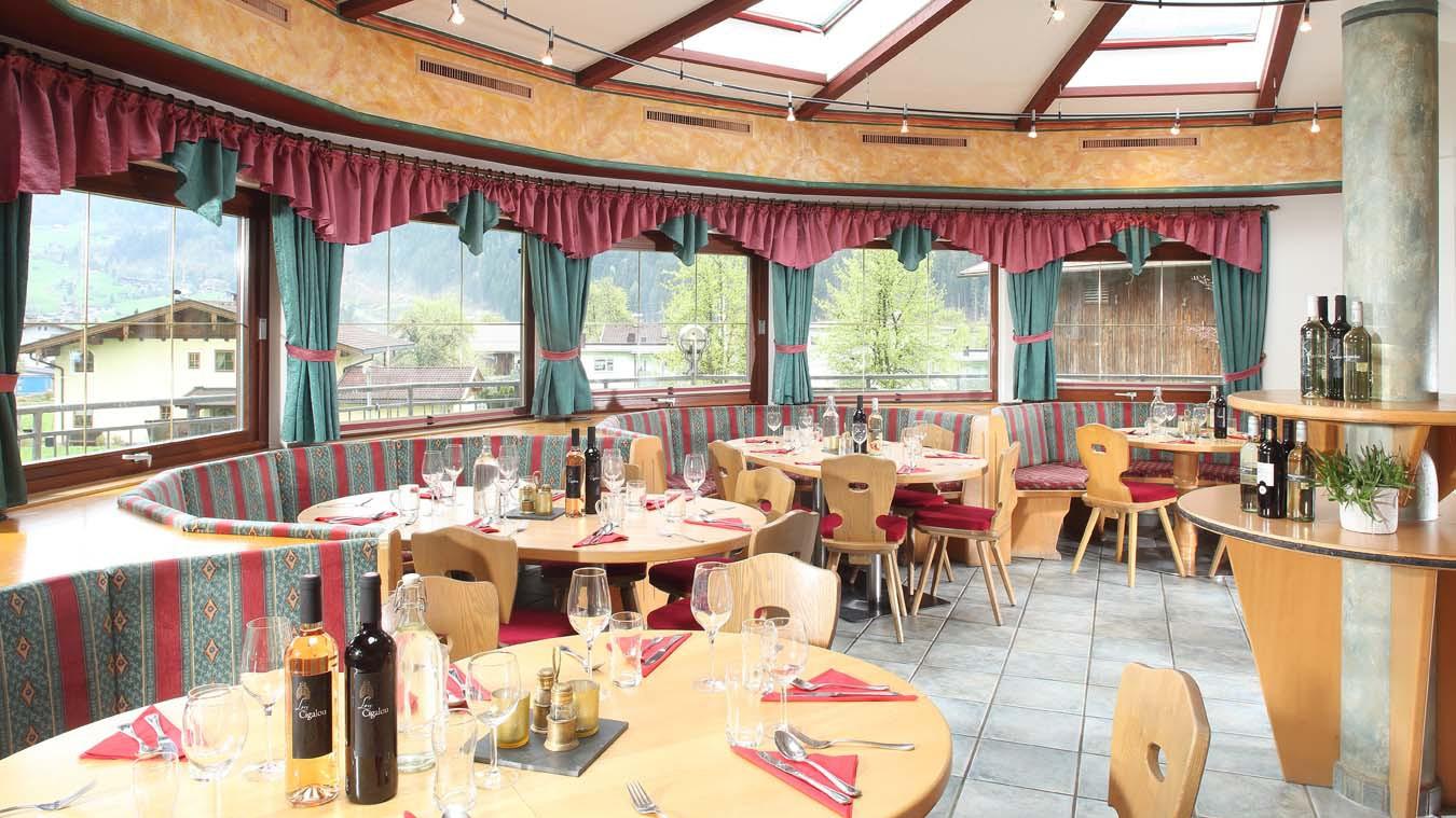 Chalet Stoanerhof, Ski Chalet in Mayrhofen, Dining Room - Day