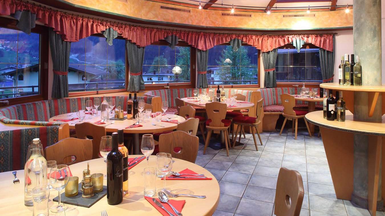 Chalet Stoanerhof, Ski Chalet in Mayrhofen, Dining Room - night