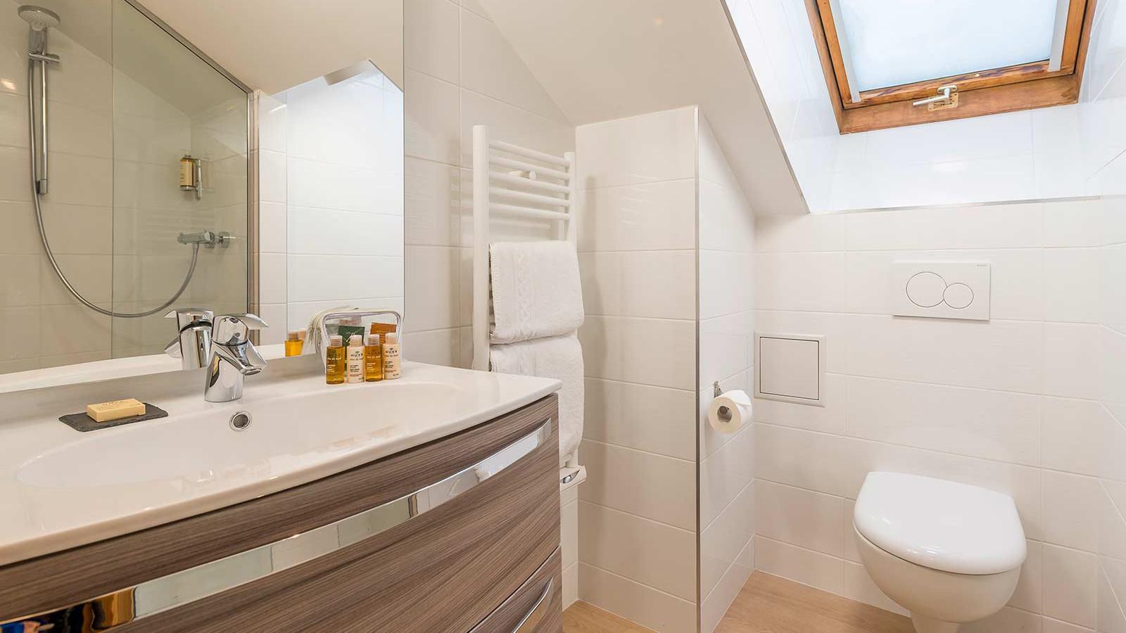 Hotel L'Eterlou, Meribel - Bathroom