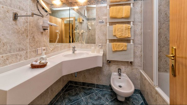 Bathroom-Hotel-Interski,-Selva-Val-Gardena,-Italy