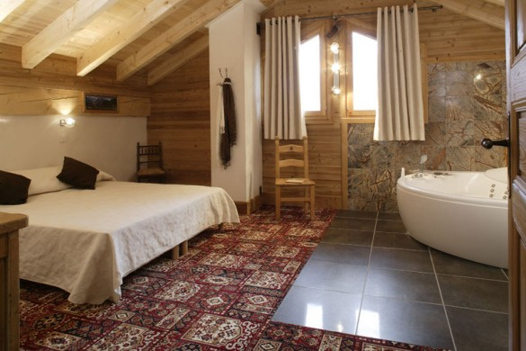 Chalet Laetitia master bed, Meribel
