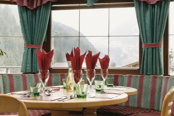 Chalet Stoanerhof table, Mayrhofen