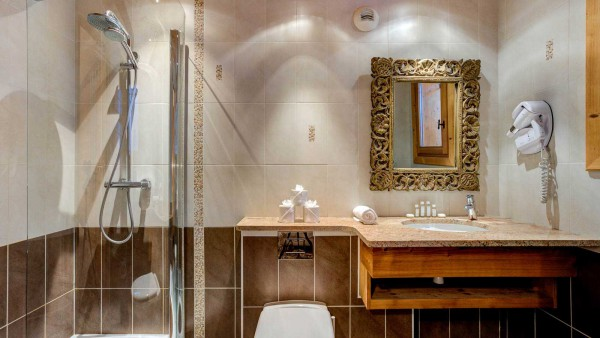 Chalet Laetitia, Meribel - Bathroom