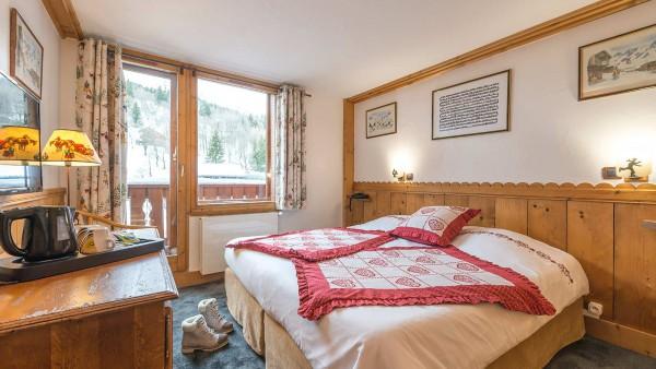 Hotel L'Eterlou, Meribel - Bedroom  double bed