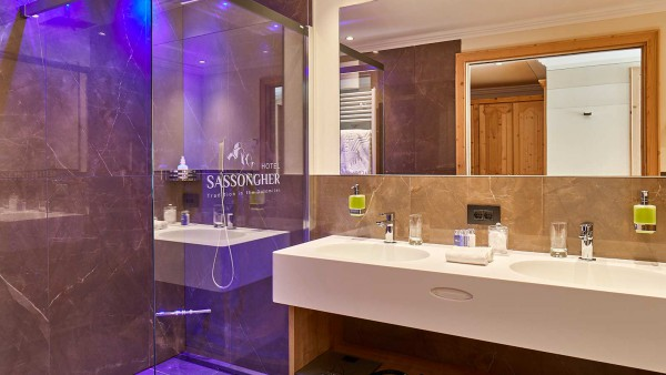 Hotel Sassongher, Corvara and Colfosco - Bathroom
