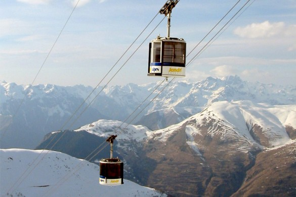 Cable cars with mountain views in Les Deux Alpes