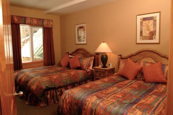 Condo Lizard Creek Lodge, bed, Fernie
