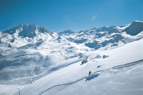 A solo skier enjoys fresh powder in Val Thorens