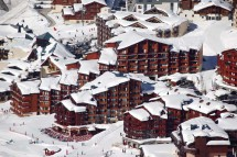 Snowy exterior - Le Cheval Blanc self-catered apartments in Val Thorens, France