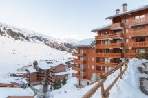 Snowy exterior of les Ravines - ski apartment in Meribel, France